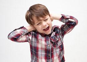 耳をふさぐ子供